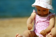 Деца под 1 г. не бива да се водят на плаж, дори за кратко