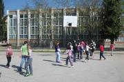 Учителка адаптира хиперактивно дете в класа си