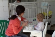 """Майки на близнаци дариха столчета за хранене на болница """"Пирогов"""""""