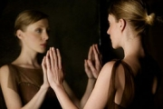 Взирането в огледалото не е полезно