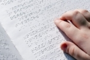 Образователното министерство обучава ученици със сензорни увреждания