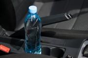 Защо никога да не оставяте бутилка в колата през лятото