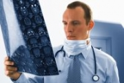 Предлагат високоспециализирани лекари да дежурят в спешната помощ и общинските болници